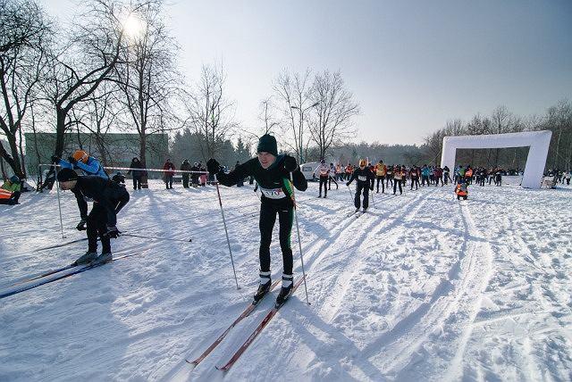 Zawody na biegówkach podczas pikniku narciarskiego w Wesołej