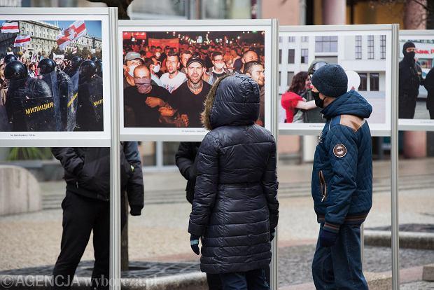 Zdjęcie numer 13 w galerii - Tłumy na Rynku we Wrocławiu. Spacery z jedzeniem na wynos i puszczanie baniek