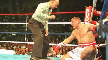Andrzej Gołota liczony w pojedynku z Lennoxem Lewisem. Atlantic City, 04.10.1997