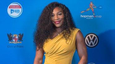 Serena Williams może i ma 21 tytułów wielkoszlemowych, ale w Pucharze Hopmana... debiutuje. Jest to jednak bardzo mocny debiut - zanim jednak Amerykanie podbiją korty, Serena podbije czerw... nie, w tym wypadku niebieski dywan. Na tradycyjnym Players Party Amerykanka wyglądała posągowo i zjawiskowo w żółtej sukni. A jak prezentowały się inne tenisistki i tenisiści? Sprawdźcie!