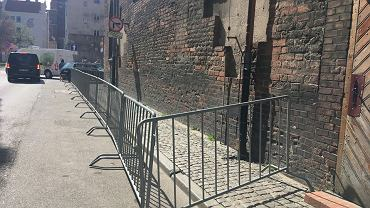 Chodnik i miejsca parkingowe przylegające do sypiącej się ściany zostały w sobotę zamknięte.