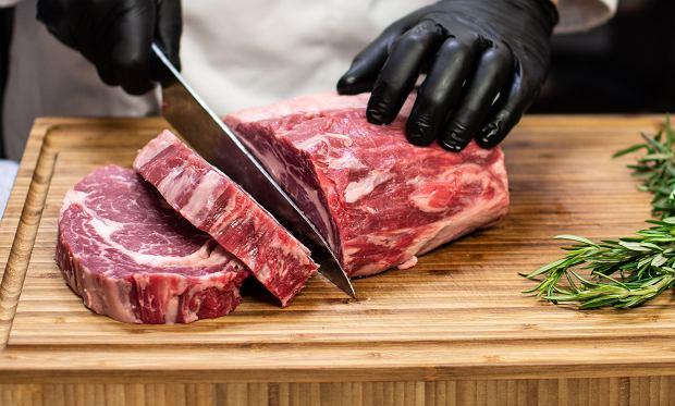 Szef kuchni opowiada, co najczęściej robimy źle, przygotowując mięso. Nakłuwanie steków to dopiero początek