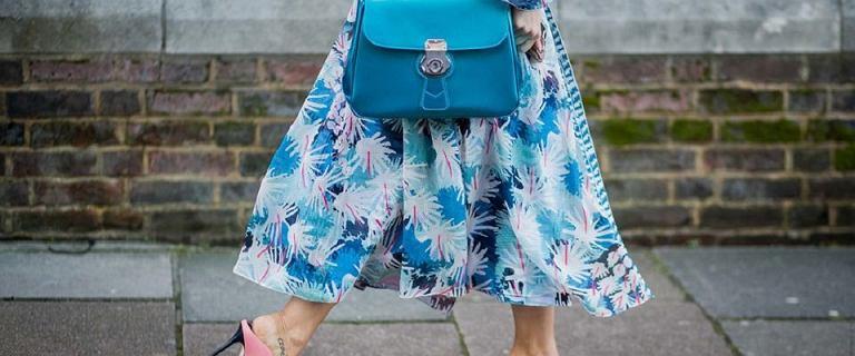 Sukienki we wzory dla kobiet po 50-tce - model w kwiaty zamaskuje co trzeba!