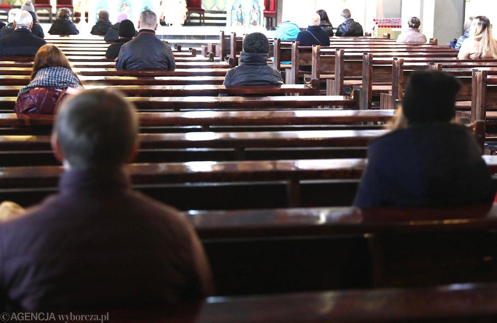 Kraków. Kościół NMP z Lourdes. Msza święta podczas pandemii koronawirusa.