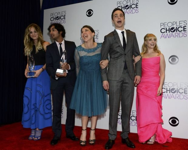 """Kaley Cuoco (L) poses with the award for favorite comedic TV actress, with her co-stars from """"The Big Bang Theory"""" Kunal Nayyar, Mayim Bialik, Jim Parsons and Melissa Rauch, at the 2014 People's Choice Awards in Los Angeles, California January 8, 2014. The cast is also posing with the award for favorite network TV comedy. REUTERS/Kevork Djansezian (UNITED STATES-TAGS: ENTERTAINMENT) (PEOPLESCHOICE-BACKSTAGE)"""