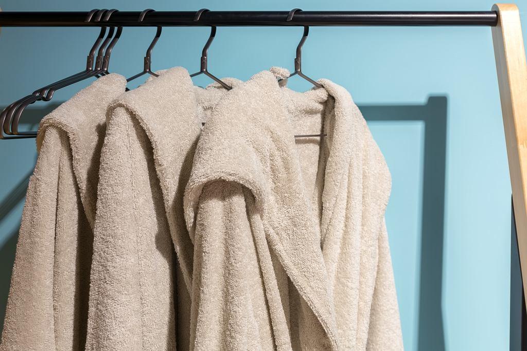 Szlafrok damski z grubego materiału jest niezastąpione na chłodne poranki. Zdjęcie ilustracyjne, WichitS/shutterstock.com