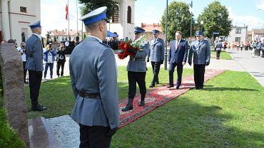 Wiceminister SWiA, Jarosław Zieliński, kroczy po czerwonym dywanie