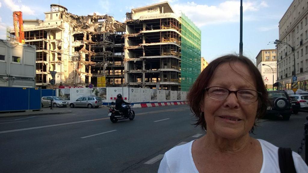 Maria Majewska na tle rozbiórki północnego skrzydła budynku, w którym mieścił się Smyk