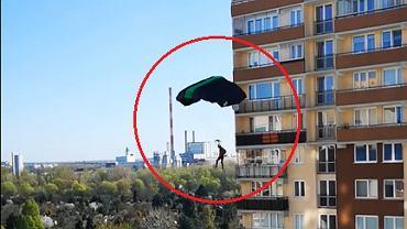 Bielany. Skakali ze spadochronem z 20-piętrowego bloku. Sprawę bada policja