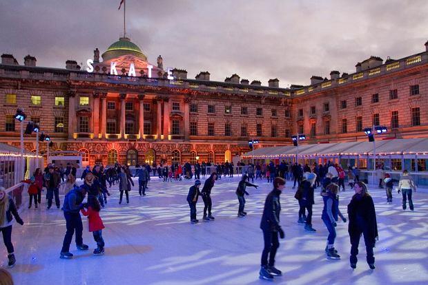 Zimowy Londyn, lodowisko przed Somerset House / fot. Shutterstock