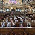 Proboszcz Kościoła Pokoju odprawił nabożeństwo ze zdjęciami parafian. Wyśmiał go inny ksiądz