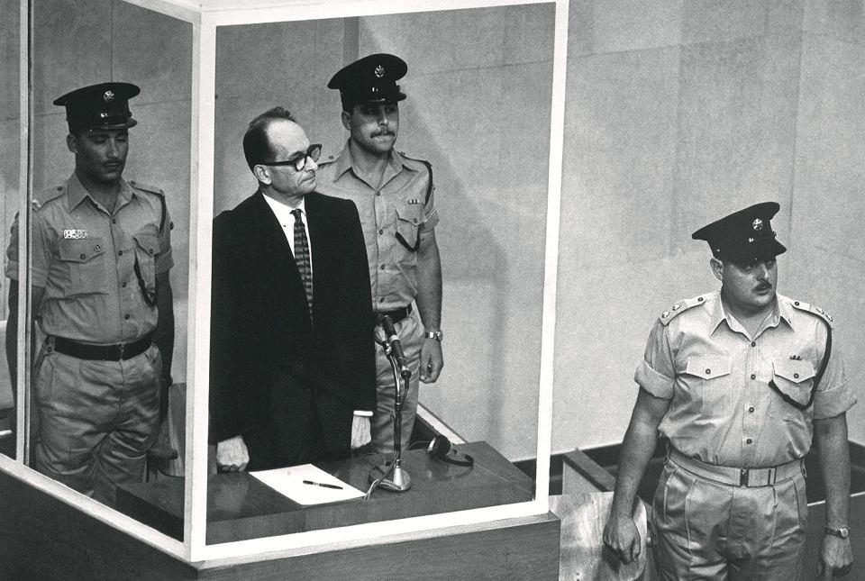 Adolf Eichmann, były SS-Obersturmbannführer (podpułkownik SS), 29 maja 1961 r. przed sądem w Jerozolimie. Zbrodniarz, nazywany architektem Holocaustu, zeznawał z kabiny ze szkła kuloodpornego