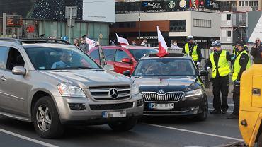 Pandemia koronawirusa. Protest przedsiębiorców - pod wodzą kandydata na prezydenta RP Pawła Tanajno (na zdjęciu - w mercedesie), domagają się odmrożenia gospodarki. Warszawa, 7 maja 2020