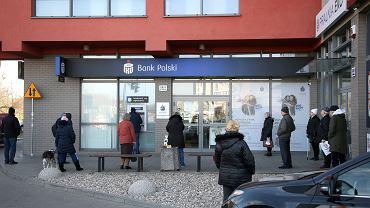 Pandemia koronawirusa. Kolejka do bankomatu. Szczecin, 25 marca 2020