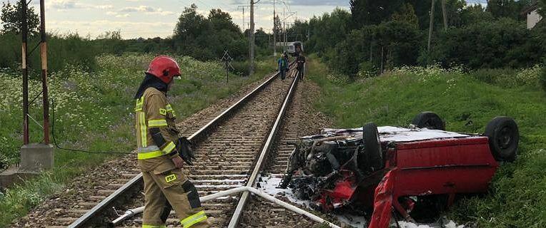 Pasłęk. 21-letni kierowca wjechał wprost pod rozpędzony pociąg