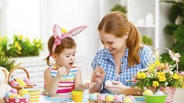 Dzieci na pewno z wielką radością pomogą nam wymyślać życzenia wielkanocne i stworzyć pięknie kartki, na których je wypiszemy.