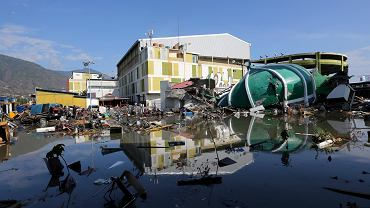 Skutki trzęsienia ziemi i tsunami w na wyspie Sulawesi w Indonezji