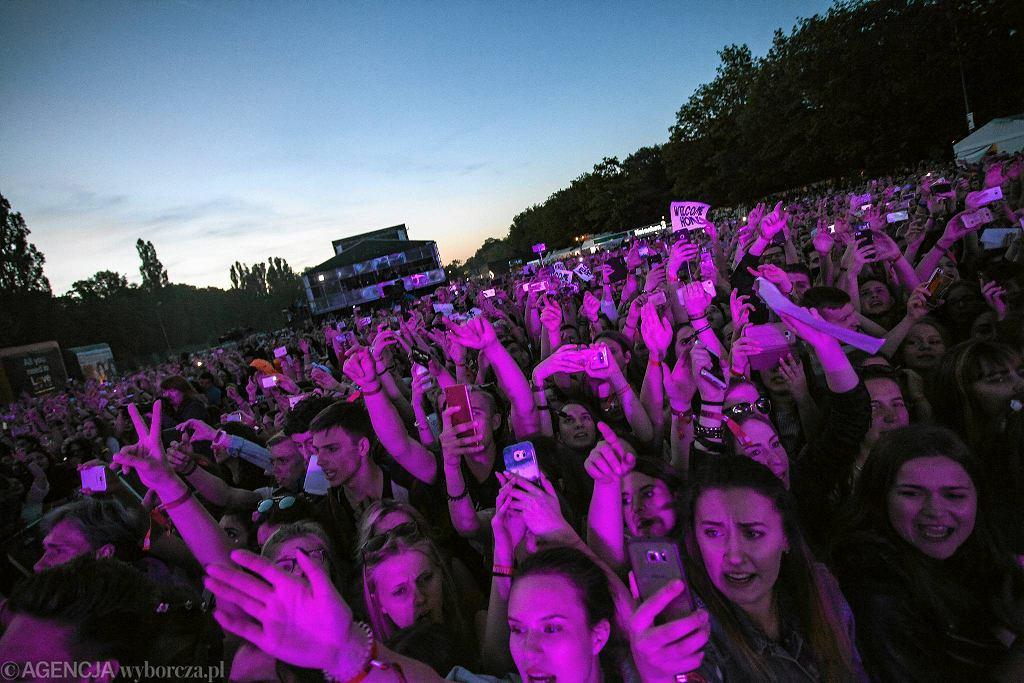 Publiczność Imagine Dragons na Orange Warsaw Festivalu / DAWID ŻUCHOWICZ