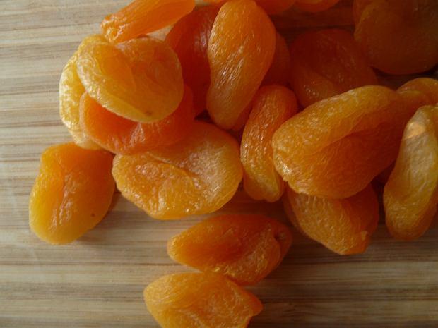 Suszone owoce - dlaczego warto włączyć je do codziennej diety? Poznaj właściwości suszonych jabłek, śliwek i bananów