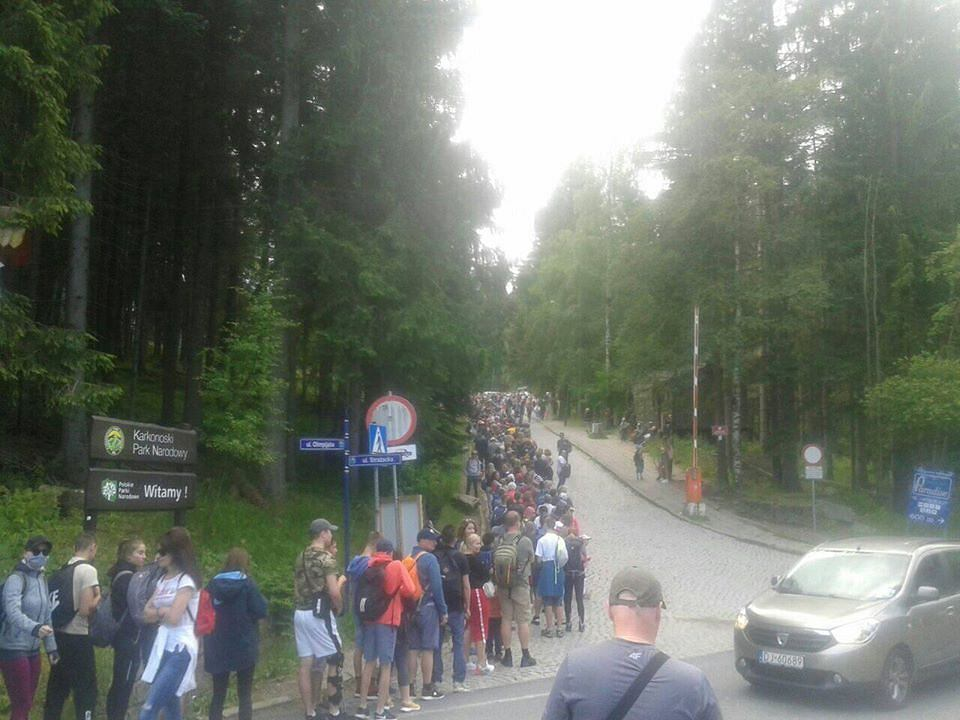 Turyści w kolejce po bilet na kolejkę na Kopę