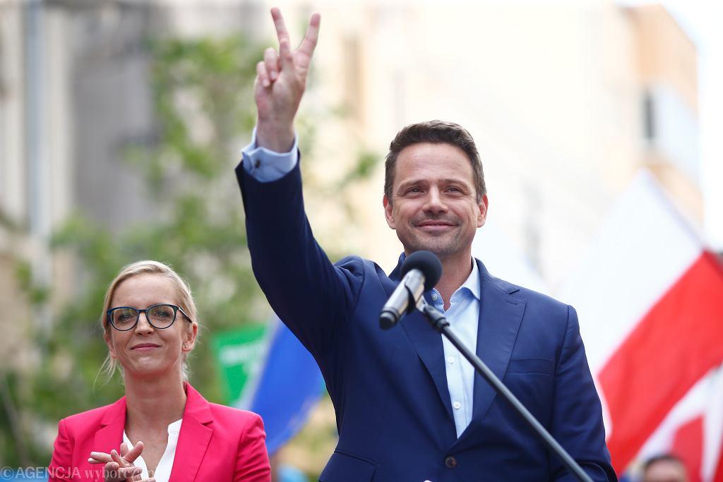 Kandydat na prezydenta RP, obecny prezydent stolicy Rafał Trzaskowski wraz z małżonką podczas kampanijnego wiecu w Łodzi, 3 lipca 2020