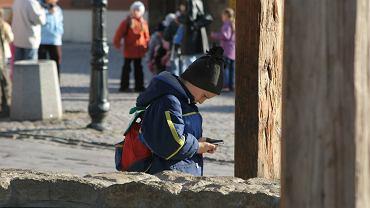 Dziecko z telefonem komórkowym