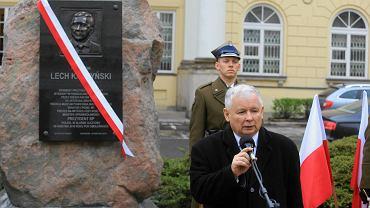 Jarosław Kaczyński podczas odsłonięcia tablicy pamiątkowej poświęconej bratu