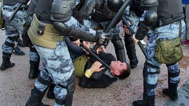 Policja zatrzymuje jednego z demonstrantów podczas nieusankcjonowanej przez władze demonstracji w Moskwie, 27 lipca 2019 r.