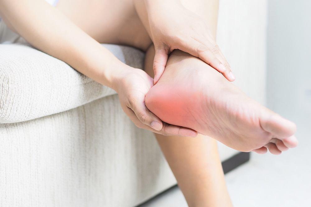Ból pięty może być związany z wieloma przyczynami - tak niegroźnymi, jak choćby źle dobrane obuwie, jak i poważnymi chorobami.