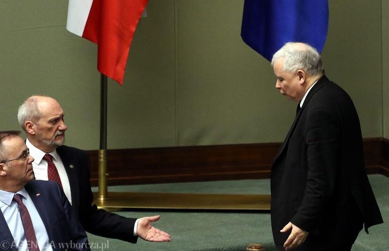 Jarosław Kaczyński oraz Jarosław Sellin i Antoni Macierewicz