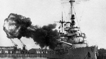 1 września 1939 r. o godz. 4.48 pancernik 'Schleswig-Holstein' rozpoczął ostrzał Westerplatte, co uznawane jest za początek wojny. W filmie 'Druga wojna światowa' wystąpił m.in. Ernst Schimke, który służył wówczas na tym okręcie