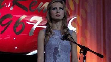 """Kadr z serialu telewizyjnego """"Anna German. Tajemnica Białego Anioła"""" emitowanego przez TVP. Joanna Moro."""