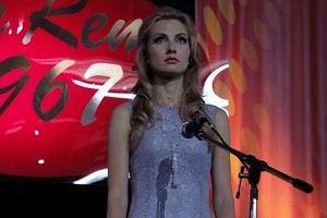 Kadr z serialu telewizyjnego Anna German. Tajemnica Białego Anioła emitowanego przez TVP. Joanna Moro.