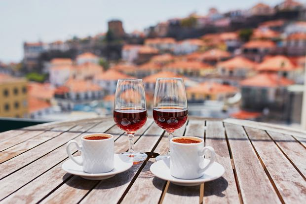 Chcesz przywieźć coś z Madery? Dobrym prezentem dla osób, które lubią alkohole, będzie wino madera