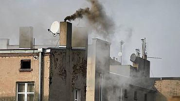 Dym z komina z kamienicy na Bałutach w Łodzi