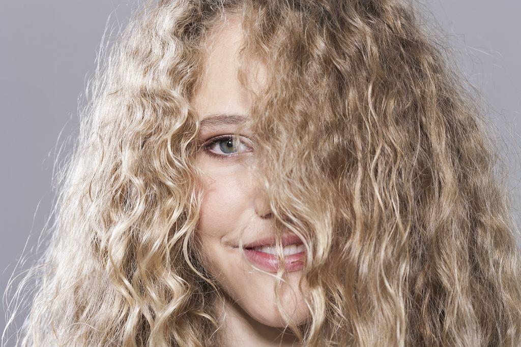 Puszące się włosy kręcone