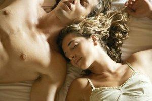 """Mechanizm obronny czy naturalna reakcja? Dlaczego mężczyźni zawsze zasypiają tuż """"po""""?"""