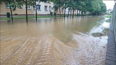 Zalana ulica Kondratowicza w Warszawie