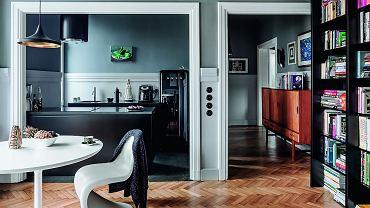Widok na kuchnie i przedpokój z perspektywy salonu.