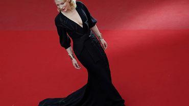 """Niektóre z filmów prezentowanych podczas tegorocznego festiwalu w Cannes szczególnie emocjonują krytyków i widownię - jak oklaskiwany film """"Carol"""" w reżyserii Todda Haynesa, w którym zagrała z Cate Blanchett, """"Mad Max: Na drodze gniewu"""", który podbił serca widowni i krytyków, czy zmiażdżony przez dziennikarzy """"The Sea of Trees"""". Ale to nie jedyne dyskutowane tematy w Cannes. Ostatnio skrytykowani zostali organizatorzy festiwalu za domaganie się wysokich obcasów na czerwonym dywanie, oceniane są także oczywiście stroje gwiazd. A krytycy wyłaniają najlepsze filmy festiwalu. Przedstawiamy zestawienie gorąco komentowanych wydarzeń Cannes 2015.<br><br> Na zdjęciu Cate Blanchett.<br><br> Przeczytaj także:<br><br> <a class=c1n href=""""http://film.gazeta.pl/nowy_film/1,134866,17940682,Cannes_2015__Jeden_na_jeden_z_Catherine_Deneuve__Tak_.html""""><b>Jeden na jeden z Catherine Deneuve? Artur Zaborski o kulisach Cannes >></b></a>"""