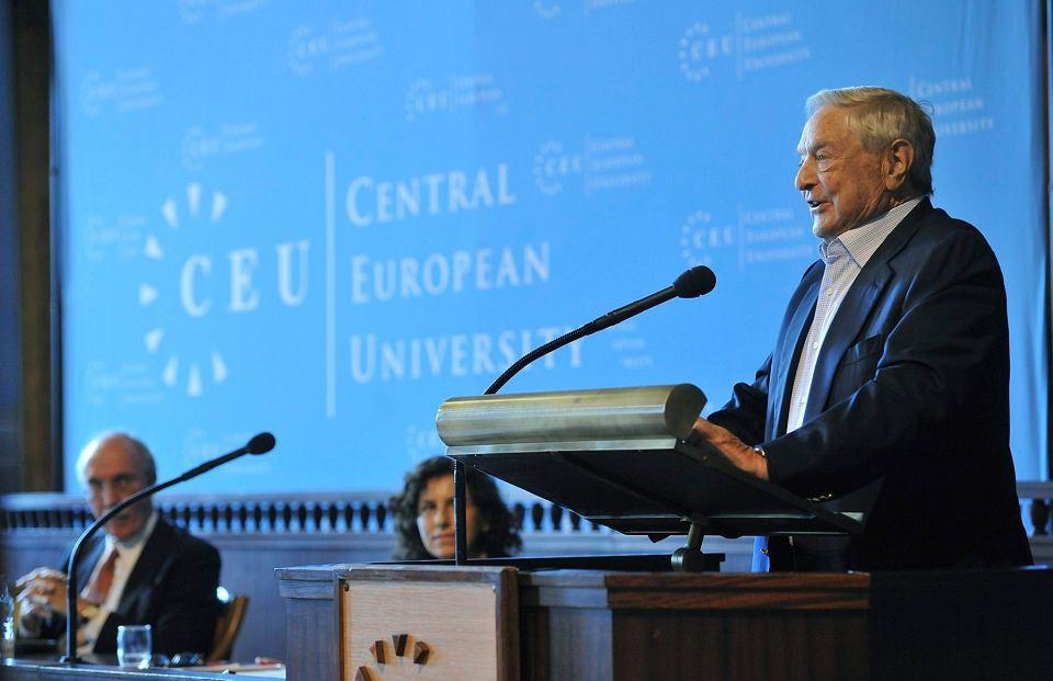 Amerykański miliarder, filantrop, założyciel Uniwersytetu Środkowoeuropejskiego George Soros podczas ceremonialnego otwarcia roku akademickiego uniwersytetu w sali posiedzeń Węgierskiej Akademii Nauk w Budapeszcie, 2012 r.