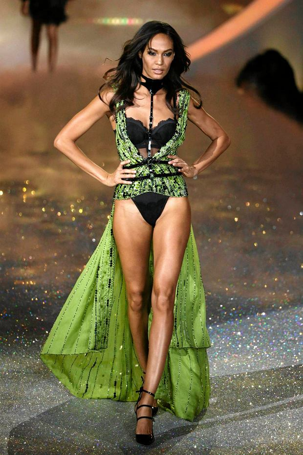 Model Joan Smalls presents a creation during the annual Victoria's Secret Fashion Show in New York, November 13, 2013.  REUTERS/Lucas Jackson (UNITED STATES - Tags: ENTERTAINMENT FASHION) SLOWA KLUCZOWE: :rel:d:bm:GF2E9BE0DZ401