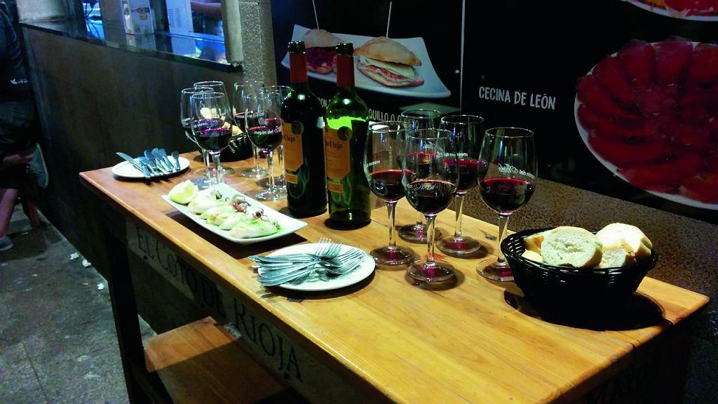Campo Viejo Rioja Tempranillo i Reserva jako główni bohaterowie wieczoru z tapas. To pierwsze wino jest w 100% z najpopularniejszego w regionie Rioja szczepu tempranillo, ma wyrazisty smak owoców oraz lekkie nuty wanilii i przypraw. Reserva ma bardziej złożony i zrównoważony smak z aromatami drzewnymi.