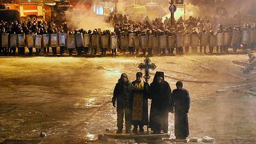 Noc 24 stycznia, duchowni na ul. Hruszewskiego, pomiędzy demonstrantami a szpalerem funkcjonariuszy Berkutu