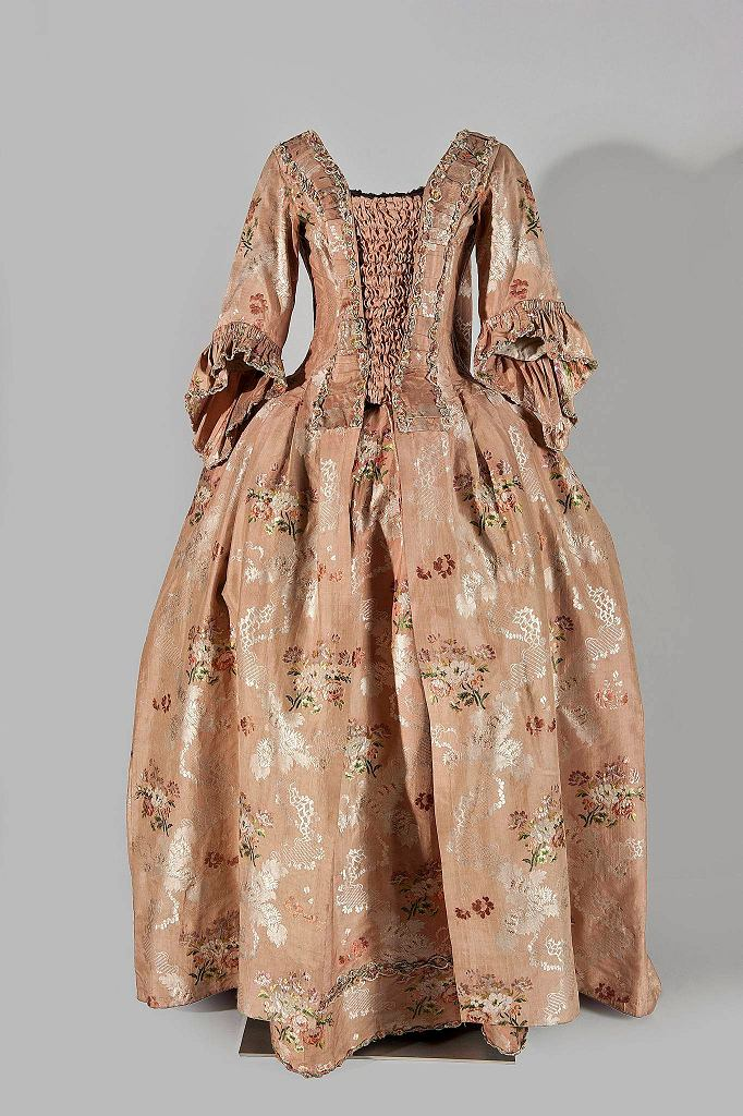 / Suknia damska typu robe a la française; 1760-65; szycie, broszowanie, fiszbiny, tafta, jedwab, sznelka, płótno, len KWIATKOWSKA MAŁGORZATA