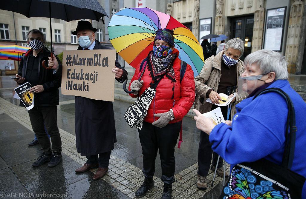 Alarm dla edukacji. Protest z okazji Dnia Nauczyciela przeciwko nominacji na ministra edukacji i nauki Przemysława Czarnka. Na zdjęciu pikieta z Katowic.