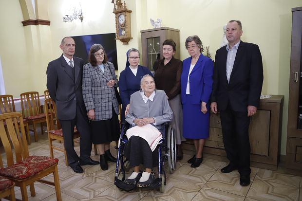Zdjęcie numer 3 w galerii - Elżbieta Rogala kończy 108 lat, życzenia i kwiaty od marszałka [ZDJĘCIA]
