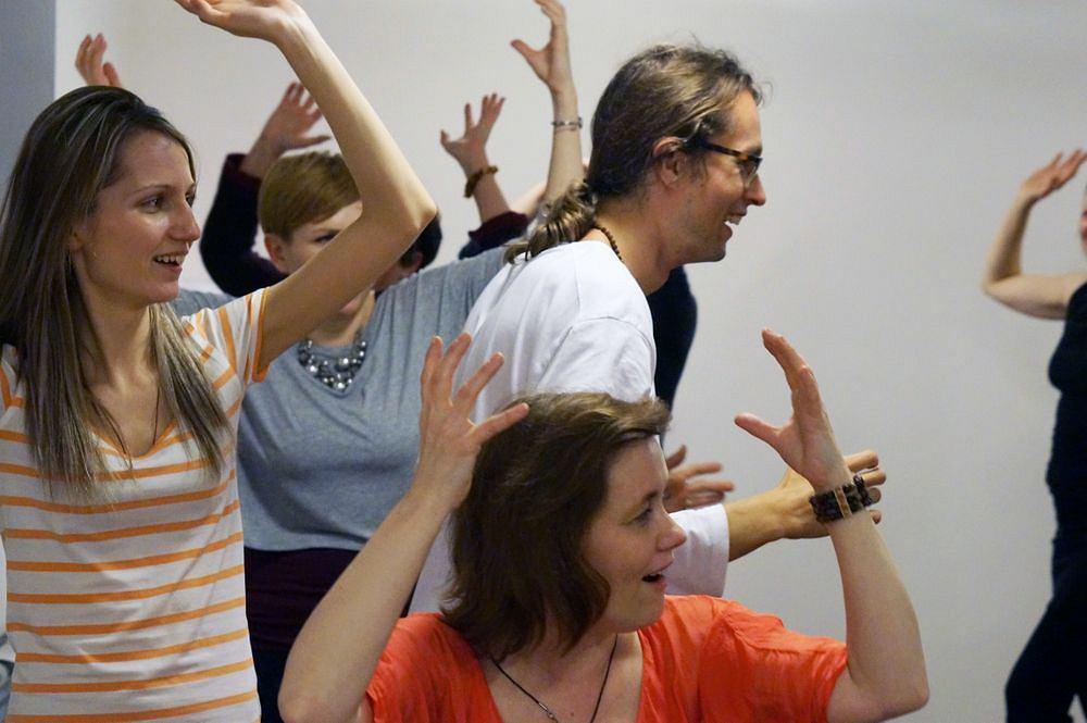 Sesja jogi śmiechu prowadzona przez Piotra Bielskiego