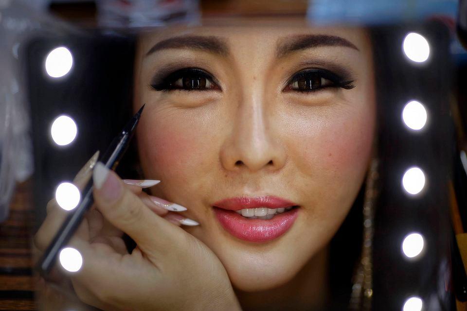 1 listopada w tajskim kurorcie Pattaya po raz dziewiąty odbył się międzynarodowy konkurs piękności dla osób transseksualnych - Miss International Queen. W tym roku o tytuł miss walczyło 25 uczestniczek z siedemnastu krajów. Prócz korony, dla zwyciężczyni konkursu przewidziano nagrodę finansową o równowartości ok. 30 tys. złotych. Na zdjęciu: Arisa z Korei Południowej podczas nakładania makijażu w garderobie.