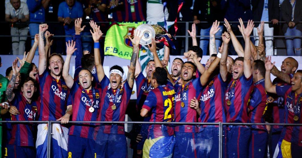 Piłkarze Barcelony z trofeum za wygranie Ligi Mistrzów